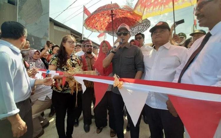 Bupati Kotim H Supian Hadi meresmikan jalan hasil swadaya masyarakat di Kecamatan Parenggean, Sabtu,