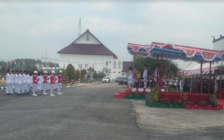 Bupati Gunung Mas Jaya S Monong menyerahkan bendera Merah Putih kepada Paskibraka
