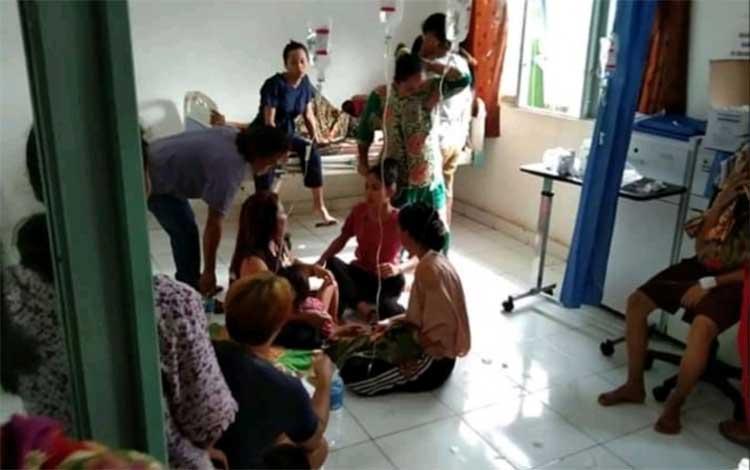 Sejumlah korban keracunan mendapatkan perawatan di Puskesmas Dadahup, Minggu, 18 Agustus 2019