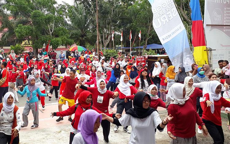 Warga berkumpul mengikuti Flashmob Kemerdekaan dalam rangka HUT ke-74 Republik Indonesia