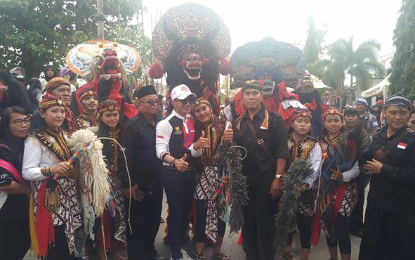 Bupati Kotim Supian Hadi saat bersama peserta pawai pembangunan, Minggu, 18 Agustus 2019.