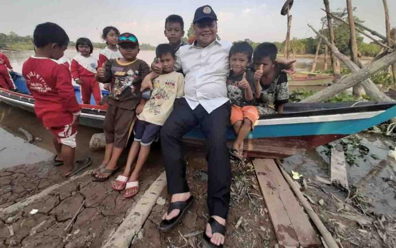 Keakraban Sekda Kotim, Halikinnor dengan anak-anak saat kunjungan kerja ke Kecamatan Parenggean.