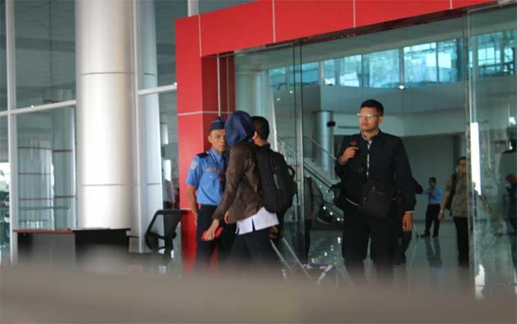 Warga setelah turun dari Bandara Tjilik Riwut Palangka Raya