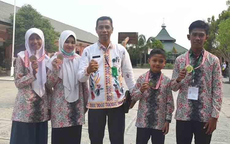 Kasi Pendidikan Madrasah Kemenag Kapyas Sajarwan bersama Kontingen KSM yang meraih prestasi