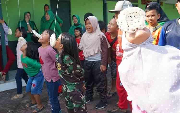 Sejumlah anak saat mengikuti lomba makan kerupuk yang digelar Kodim 1011 KLK dalam rangka memeriahkan HUT Kemerdekaan Ri