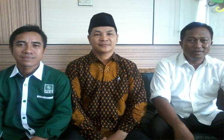 Ketua DPC PKB Katingan, Sufian (tengah) bersama dua orang petinggi partai
