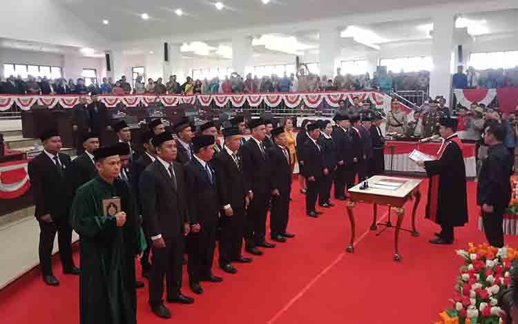 Proses pelantikan 25 anggota DPRD Murung Raya, Senin, 19 Agustus 2019.