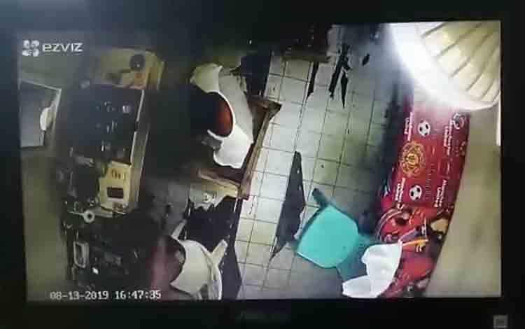 CCTV yang menampilkan dua orang yang diduga sebagai pelaku penjualan sabu di kawasan Puntun