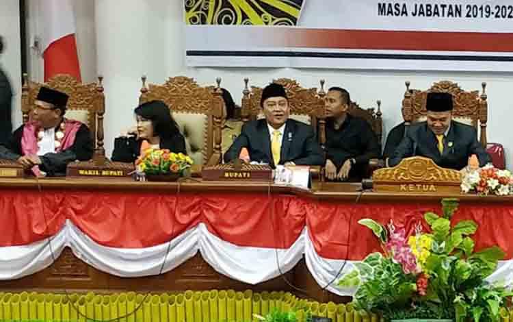 Bupati Pulang Pisau Edy Pratowo dan Wakil Bupati Pudjirustaty Narang yang hadir pada pengambilan sumpah/janji anggota DPRD periode 2019-2024.