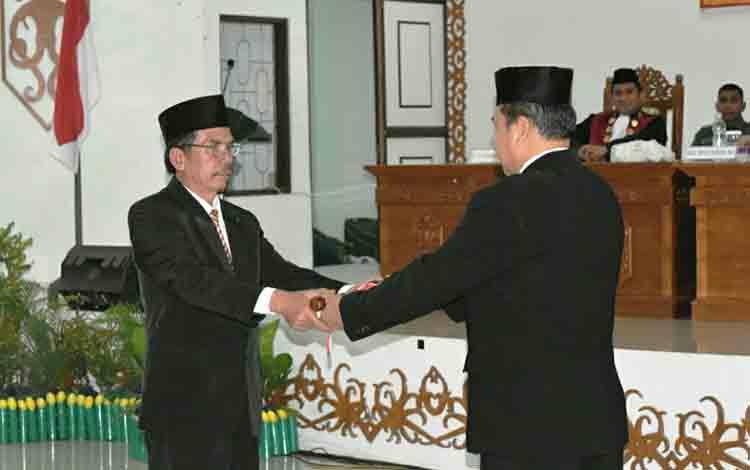 Ketua sementara DPRD Gunung Mas Gumer (kiri) dan Wakil Ketua sementara DPRD Gunung Mas Punding S Merang (kanan).