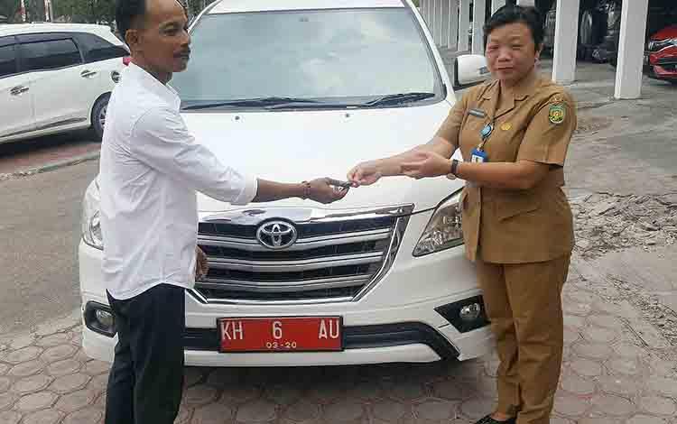 Penyerahan mobil dinas milik Wakil Ketua I DPRD Kota Palangka Raya.