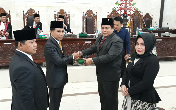 Penyerahan palu pimpinan rapat kepada Ketua Sementara DPRD Kapuas Algrin Gasan (dua kiri) di ruang rapat paripurna, Senin, 19 Agustus 2019.