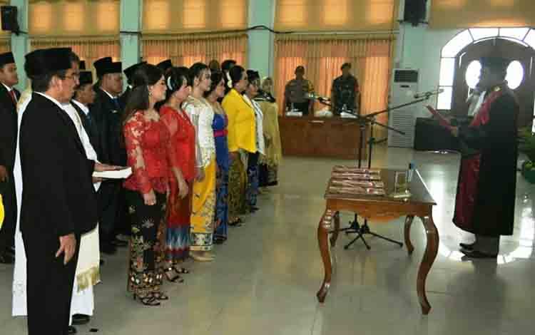 Ketua PN Kuala Kurun Darminto menjalankan tugas saat pengucapan sumpah/janji anggota DPRD Kabupaten Gunung Mas masa bakti 2019-2024.