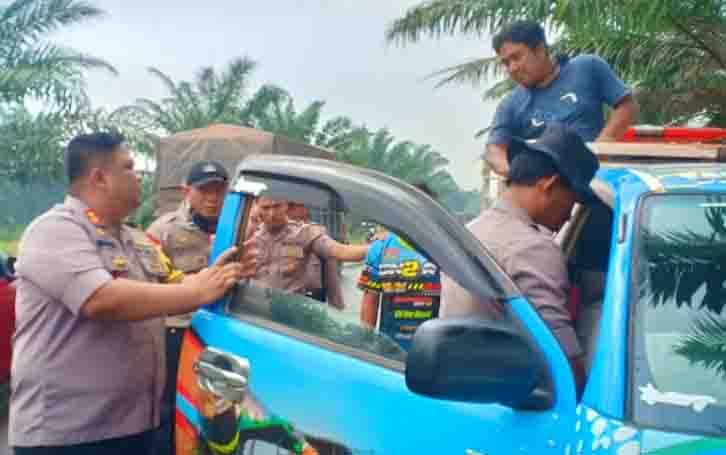 Kapolres Kotim memimpin penggeledahan mobil pikap yang kedapatan ngebut. Hasilnya polisi menemukan senpi dan sajam, Senin, 19 Agustus 2019.