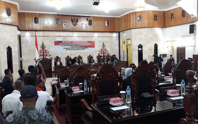 Suasana pengucapan sumpah / janji anggota DPRD Kapuas periode 2019 - 2024