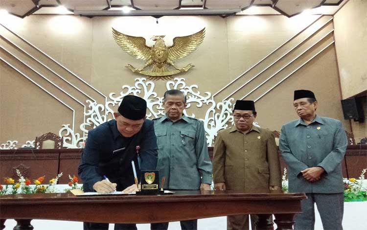 Sekda Kalteng Fahrizal Fitri menandatangani berita acara persetujuan bersama antara gubernur dengan pimpinan DPRD, Senin, 19 Agustus 2019
