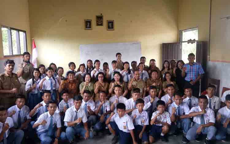 Ketua TP PKK Kabupaten Katingan, Daurwatie foto bersama  siswa SMA Yayasan Yara Airo.