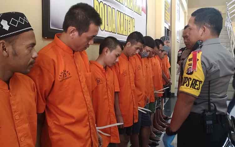 Kapolres Palangka Raya AKBP Timbul RK Siregar saat menginterogasi para tersangka sabu, Senin, 19 Agustus 2019.