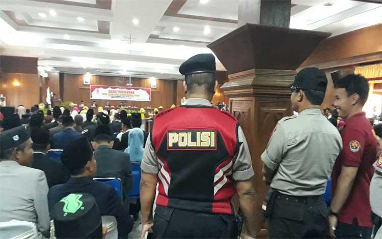 Anggota Polres Kobar mengamankan jalannya pengucapan sumpah atau janji anggota DPRD periode 2019-2024