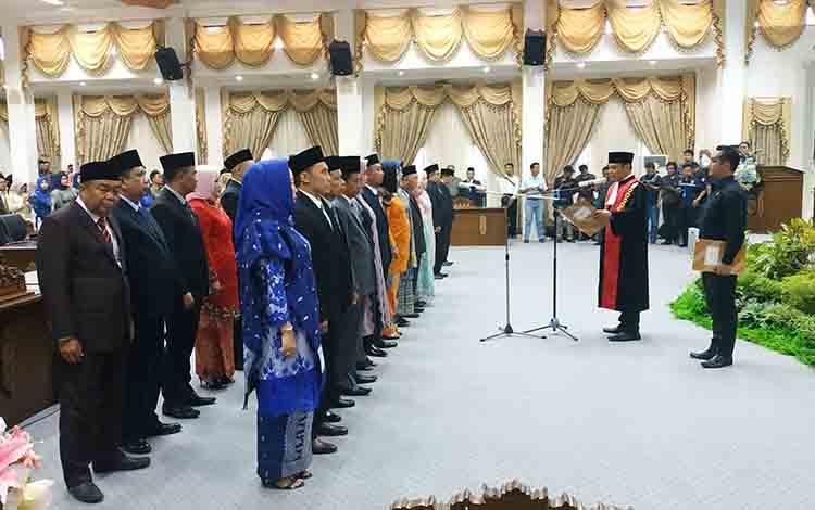 25 orang anggota DPRD Barito Utara terpilih periode 2019-2024 saat dilantik dan diambil sumpah janjinya oleh Ketua pengadilan Negeri Muara Teweh, Cipto Hosari Paraoran Nababan SH MH