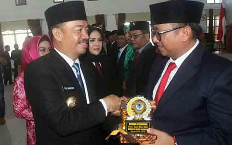 Bupati Seruyan Yulhaidir didampingi Wakil Bupati Hj Iswanti ketika memberikan penghargaan kepada Ketua DPRD Seruyan periode 2014-2019, di Aula Gedung DPRD Seruyan, Senin 19 Agustus 2019.