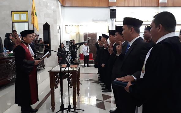 Ketua Pengadilan Negeri Kuala Kapuas Ruslan Hendra Irawan mengambil sumpah atau janji jabatan anggota DPRD Kapuas pada Senin, 19 Agustus 2019.
