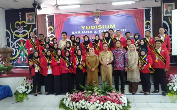 Wakil Bupati Seruyan Iswanti saat bersama mahasiswa Universitas Darwan Ali pada prosesi yudisium, beberapa waktu lalu.