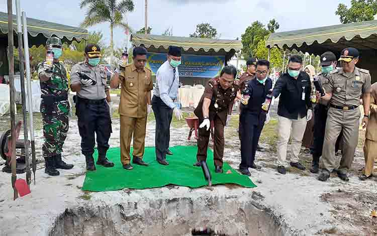 Bupati Sukamara Windu Subagio, Wakil Bupati Sukamara H Ahmadi, Kajari Sukamara Fajar Sukristyawan saat memusnahkan barang bukti minuman anggur.