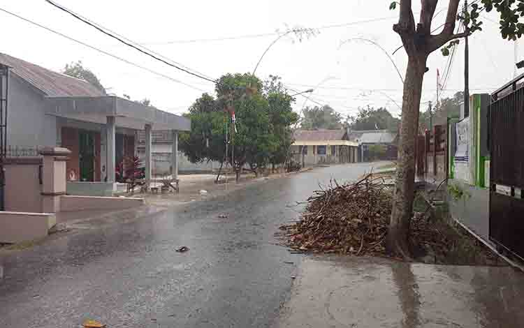 Hujan membasahi komplek perumahan Jalan Padat Karya Pangkalan Bun, Selasa, 20 Agustus 2019.