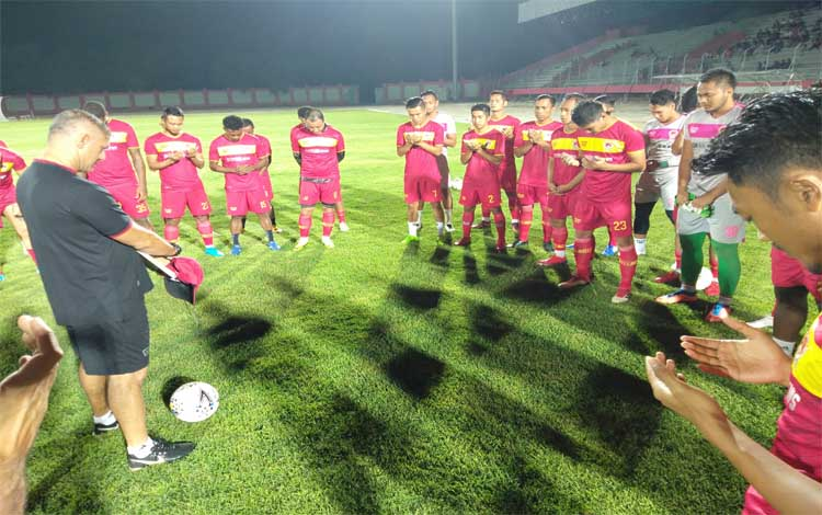 Tim Kalteng Putra saat di Stadion Tuah Pahoe Palangka Raya. Besok mereka menghadapi tuan rumah, Persija Jakarta