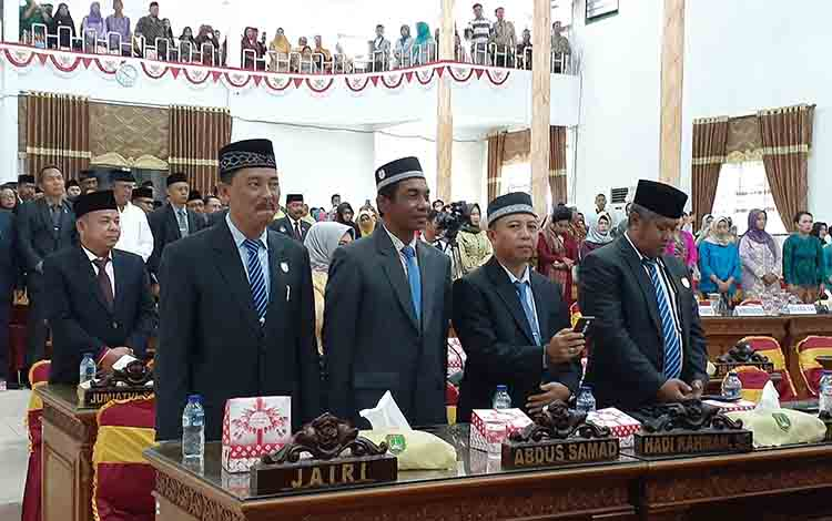 Anggota DPRD Sukamara periode 2014 - 2019 saat menyaksikan pelantikan anggota DPRD periode 2019 - 2024.