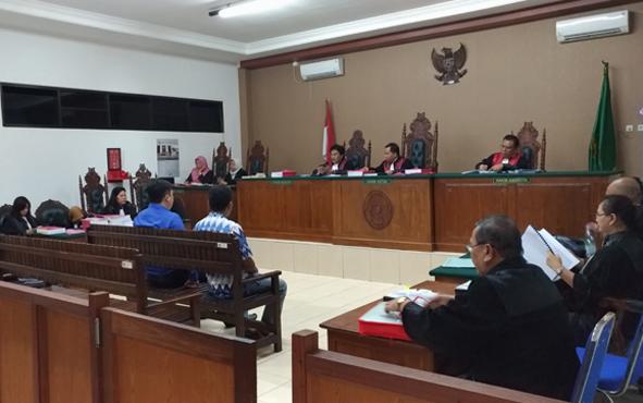 Terdakwa kasus dugaan korupsi landasan pacu Bandara HM Sidik, Barito Utara, Hadi Sugiarto dan Agustinus Sujatmiko, saat menjalani proses persidangan di Pengdilan Tipikor Palangka Raya, Selasa, 20 Agustus 2019.