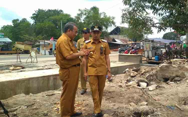 Wali Kota Palangka Raya saat meninjau proyek pembangunan infrastruktur, Selasa 20 Agustus 2019.