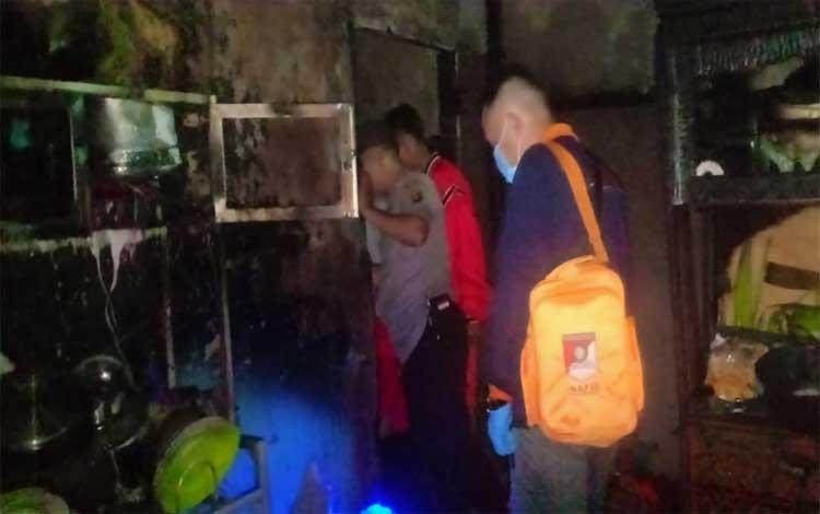 Anggota Polres Sukamara melakukan pemeriksaan terhadap lokasi kebakaran