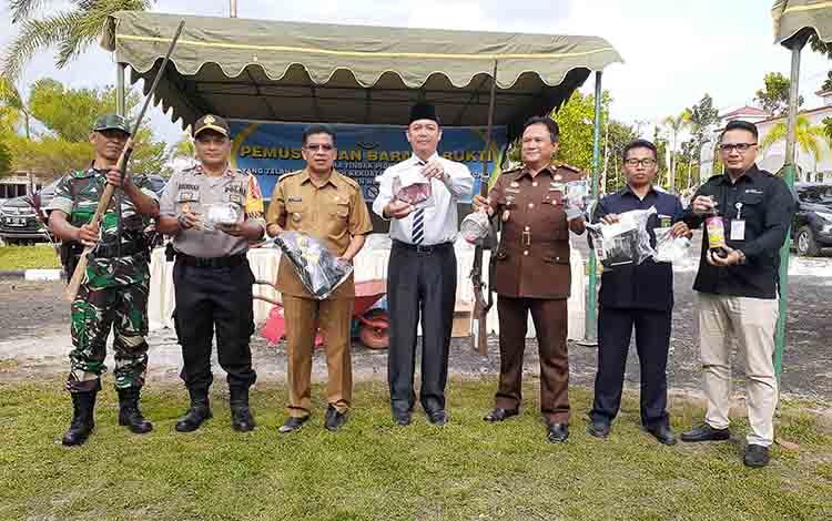 Bupati Sukamara Windu Subagio, Wakil Bupati Sukamara H Ahmadi, Kajari Sukamara Fajar Sukristyawan saat menunjukkan barang bukti yang akan dimusnahkan.