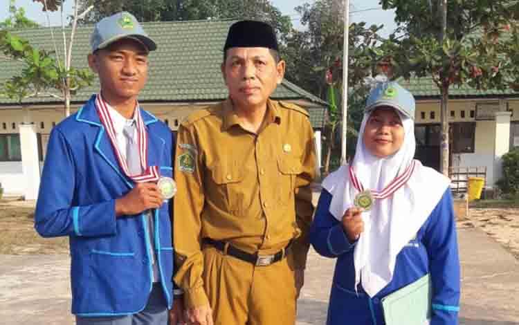 Kepala MAN Barito Timur, M Fauzi bersama Wahyu dan Fatmawati, dua siswa peraih juara KSM tingkat Provinsi Kalteng.