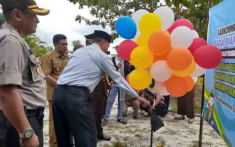 Bupati Sukamara saat melepas balon tanda diresmikannya progranSida Pian Berbakti.