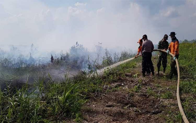 Tim gabungan saat melakukan pemadaman kebakaran lahan di Desa Sei Pitung, Kecamatan Kapuas Barat