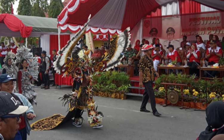Peserta Festival Merah Putih sedang melintasi panggung kehormatan