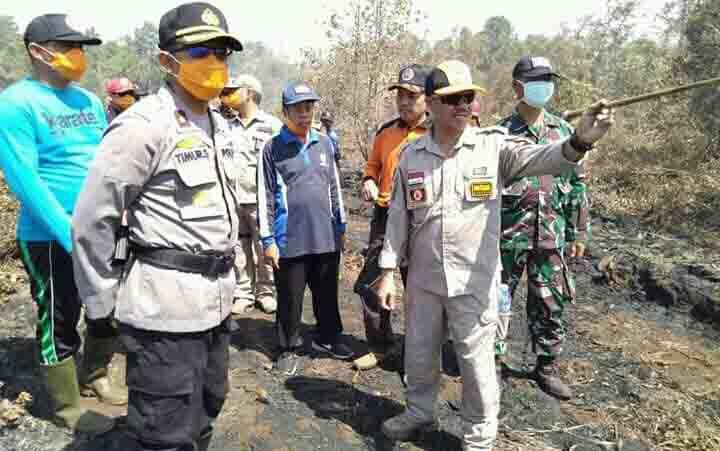 Bupati Seruyan Yulhaidir (kanan) didampingi Wakapolres Seruyan Kompol Timur Santoso, dan Perwira Penghubung Kodim 1015/Spt saat memantau lokasi lahan gambut yang terbakar di Kecamatan Seruyan Hilir Timur, Rabu 19 Agustus 2019.