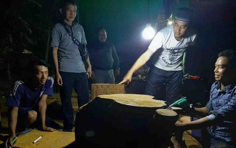 Direktur BUMD, H Sidi Ihsan Nur (dua dari kanan) mengunjungi salah satu pengrajin lokal di Sampit.