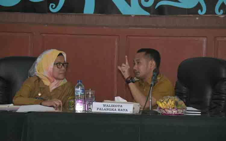 Ketua Panitia Seleksi Lelang Jabatan, Hera Nugrahayu (kiri) saat berdiskusi dengan Wali Kota Palangka Raya, Fairid Naparin.