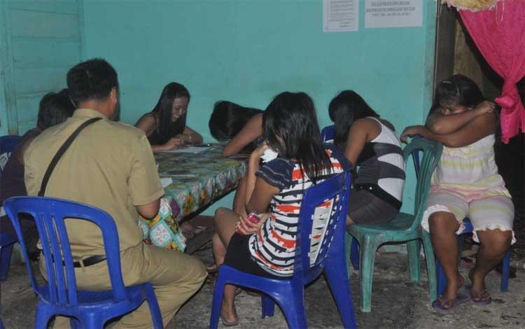 Para PSK Lokalisasi Merong saat didata oleh pemerintah