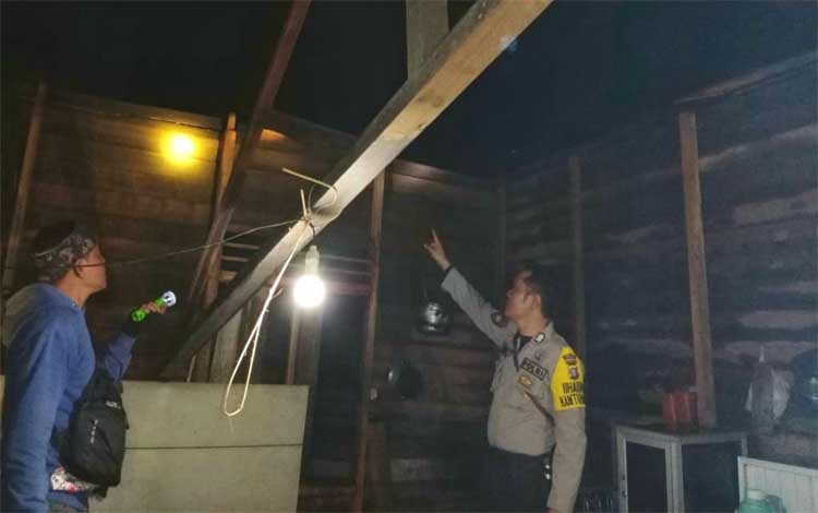 Personel Polsek Mantangai saat melakukan pengecekan terhadap rumah warga yang mengalami kerusakan bagian atapnya karena angin puting beliung