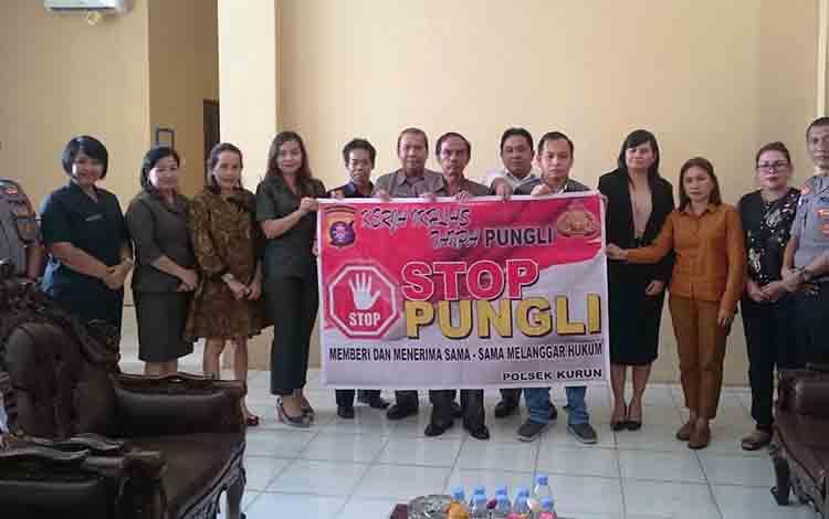 Ketua DPRD Sementara Kabupaten Gunung Mas Gumer bersama Wakil Ketua Sementara Punding S Merang, sejumlah anggota DPRD Kabupaten Gunung Mas dan anggota Polsek Kurun.