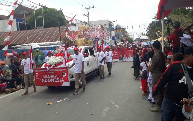 Ribuan Warga Kobar turun ke jalan saksikan iring - iringan peserta Festival Merah Putih, di Jalan Pangeran Antasari, Rabu, 21 Agustus 2019
