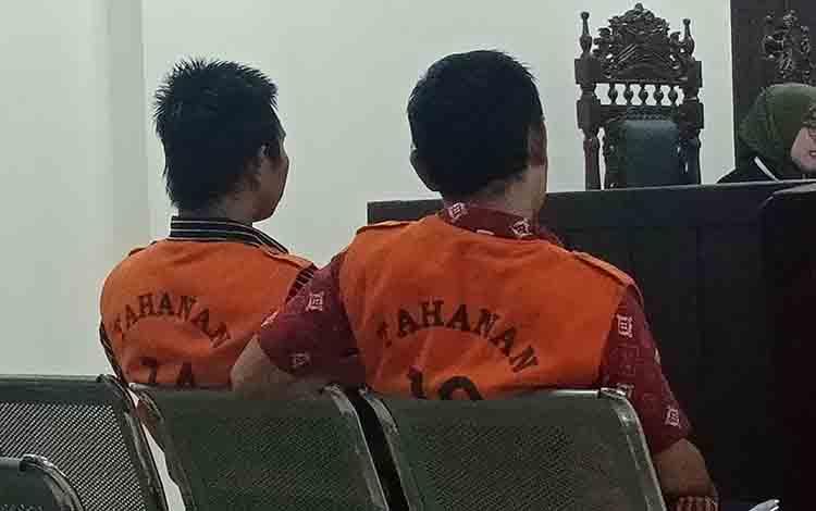 Sonisyah Lukmanudin alias Soni dan Nopriyanto saat di Pengadilan Negeri Sampit.