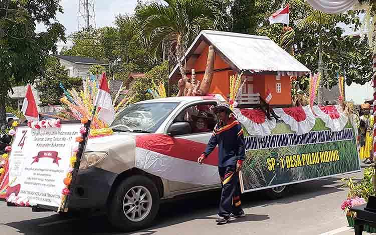 Rumah miniatur transmigrasi SP1 Desa Pulau Nibung yang dipamerkan Disnakertras pada pawai pembangunan, Kamis, (22/8).