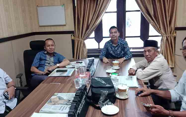 Tampak sejumlah anggota DPRD Kotim dari beberapa fraksi berkumpul di ruang fraksi.