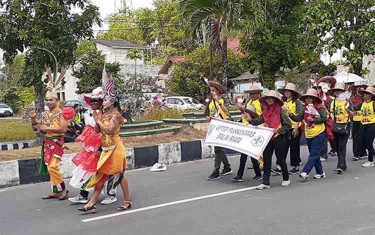 Perwakilan Puskesmas Balai Riam saat ikut pawai pemangunan Sukamara, Kamis, (22/8).